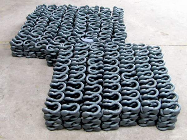 Assorted high strength shackles from the production of Chinese company Qinde Rigging Hardware