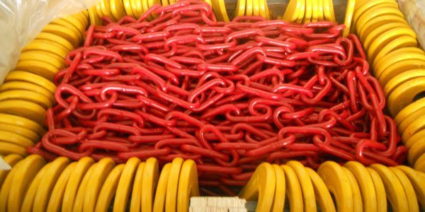 Example of ready-to-ship lashing chains, painted red, mounted with yellow C-hooks, from the manufacturer Yuedasite Rigging